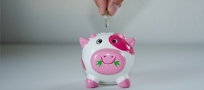 貯金箱にお金を入れる